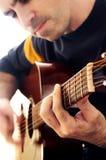 Mann, der eine Gitarre spielt Lizenzfreies Stockbild