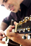 Mann, der eine Gitarre spielt Lizenzfreie Stockbilder