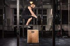 Mann, der eine Kasten-Sprungs-Übung tut lizenzfreies stockfoto