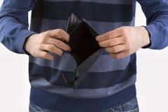 Mann, der eine leere Geldbörse anhält Stockfoto
