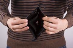 Mann, der eine leere Geldbörse anhält Lizenzfreies Stockbild