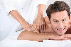 Mann, der eine Massage gegeben wird. Stockbilder
