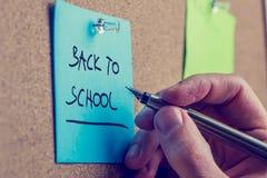 Mann, der eine Notiz - zurück zu Schule schreibt Stockfoto
