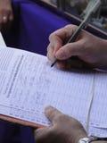 Mann, der eine Petition kennzeichnet Lizenzfreies Stockfoto