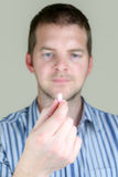 Mann, der eine Pille hält Stockfotos