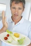 Mann, der eine Platte der frischen und gesunden Nahrung anhält stockfotografie