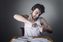 Mann, der eine Rechnung zerreißt stockfotos