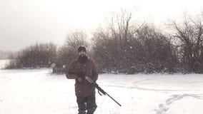 Mann, der eine Reserve sichert Mann, der an einem schneebedeckten Tag geht stock footage