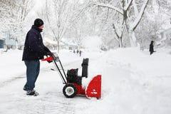 Mann, der eine Schneekanone verwendet Stockfoto