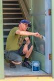Mann, der eine Tür malt Lizenzfreie Stockfotos