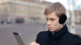 Mann, der eine Tablette anhält stock video footage