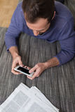 Mann, der eine Textnachricht auf seinem Smartphone sendet Lizenzfreie Stockfotos