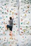 Mann, der eine Wand steigt Stockfotografie