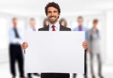 Mann, der eine weiße Platte hält Lizenzfreie Stockfotos