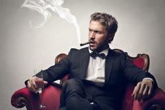Mann, der eine Zigarre raucht Lizenzfreies Stockbild