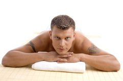 Mann, der in einem Badekurortsalon sich entspannt Stockbild