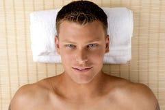 Mann, der in einem Badekurortsalon sich entspannt Stockbilder