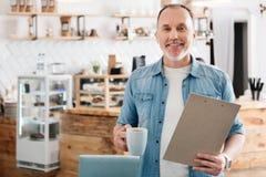 Mann, der in einem Café ist lizenzfreies stockbild