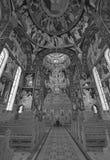 Mann, der in einem Heiligplatz betet Stockfotografie