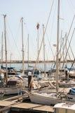 Mann, der an einem hohen Yachtmast arbeitet Lizenzfreie Stockbilder