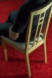 Mann, der in einem Stuhl sitzt lizenzfreies stockfoto