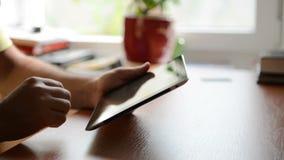 Mann, der an einem Tablette-PC arbeitet stock video