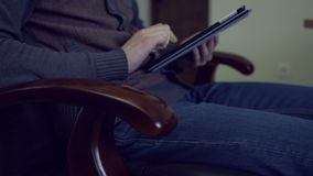 Mann, der an einem Tablette-PC arbeitet stock video footage