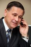 Mann, der an einem Telefon spricht lizenzfreie stockbilder