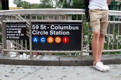 Mann, der an einem Untergrundbahnanschlag in NYC wartet Lizenzfreie Stockbilder