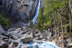 Mann, der an einem Wasserfall die Hauptrolle spielt Lizenzfreie Stockbilder