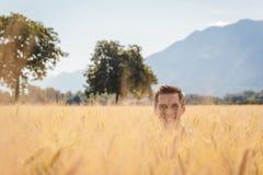 Mann, der in einem Weizen archiviert aufwirft lizenzfreie stockfotografie