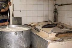 Mann, der in einem wirklichen Grungy schmutzigen Restaurant industriell u. in Comme kocht stockfotos