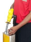 Mann, der einen Benzinbehälter füllt Stockfotografie