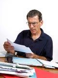 Mann, der einen Bill im Schlag und in der Ungläubigkeit liest Stockbilder