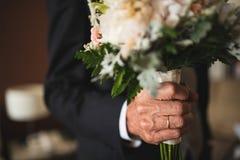 Mann, der einen Blumenstrauß von Blumen gibt Stockfoto