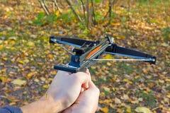 Mann, der einen Crossbow schießt Stockfoto
