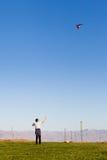 Mann, der einen Drachen fliegt Stockbilder
