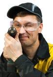 Mann, der einen drahtlosen Schraubendreher anhält Stockbilder