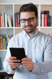 Mann, der einen eBook Leser in den Händen hält lizenzfreies stockfoto
