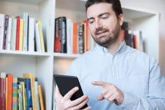 Mann, der einen eBook Leser in den Händen hält lizenzfreie stockfotografie