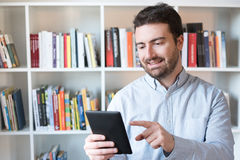 Mann, der einen eBook Leser in den Händen hält lizenzfreie stockbilder