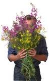 Mann, der einen enormen Blumenstrauß hält Stockbilder