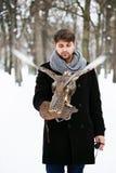Mann, der einen Falken hält Lizenzfreie Stockbilder