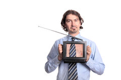 Mann, der einen Fernseher - Wirklichkeit Fernsehapparat anhält Stockfotografie