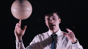 Mann, der einen Fußball auf seinem Finger spinnt stock video