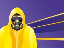 Mann, der einen gelben Biohazard-Anzug und eine Gasmaske trägt Stockfoto