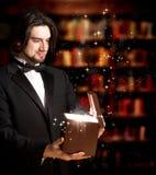 Mann, der einen Geschenk-Kasten öffnet stockbilder