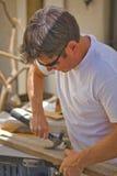 Mann, der einen Hammer verwendet Stockfotos