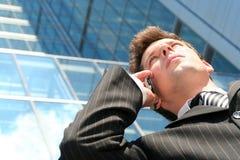 Mann, der einen Handy verwendet Lizenzfreie Stockfotos