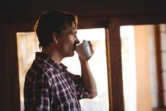 Mann, der einen Kaffee allein trinkt Lizenzfreie Stockfotos